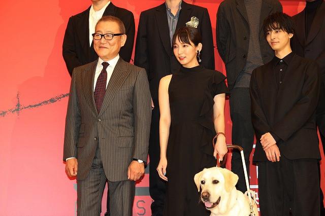 盲目の元警察官役で新境地を開いた吉岡里帆 高杉真宙が嫉妬した盲導犬との再会に大喜び