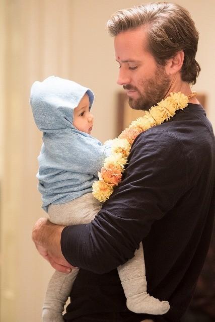 アーミー・ハマーが命がけで我が子を守る父親に!「ホテル・ムンバイ」場面写真&メイキング写真