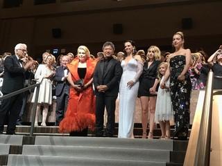 ベネチア国際映画祭、是枝裕和監督作で開幕!ドヌーブ&ビノシュも手応えの笑顔