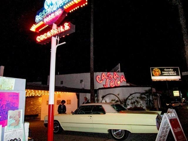 カサ・ベガの前にはリックのクリーム色の キャデラックが
