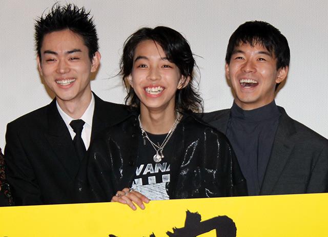 舞台挨拶を盛り上げた(左から) 菅田将暉、YOSHI、仲野太賀