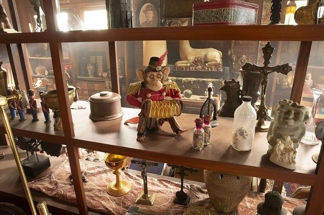呪われた品々を紹介!「アナベル 死霊博物館」恐怖シーン満載の特別映像