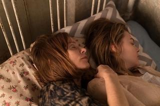 I・ユペールとクロエ・G・モレッツが添い寝で密着 「グレタ GRETA」刺激的な場面写真