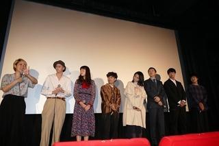 松本穂香とふくだももこ監督、「おいしい家族」初日に感動の抱擁