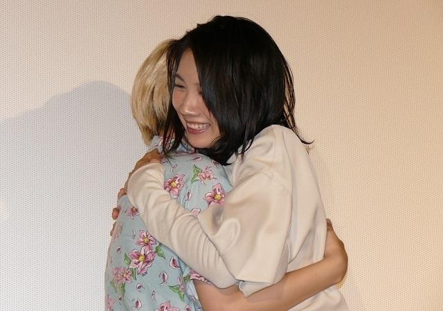 抱擁を交わす松本穂香とふくだももこ監督
