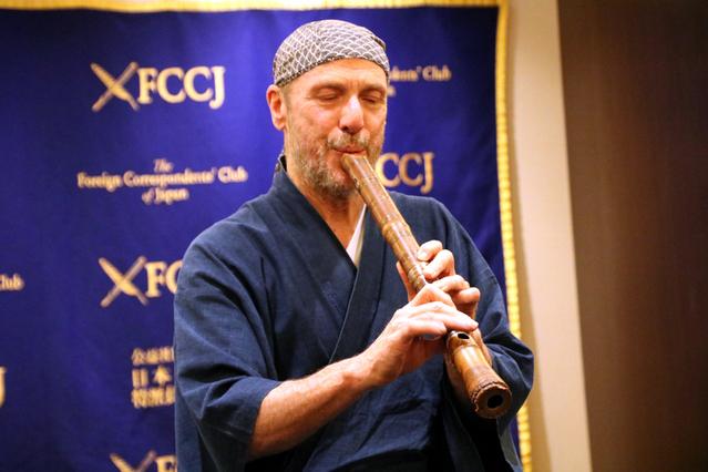 アメリカ人尺八奏者のジョン・海山・ネプチューン