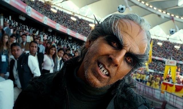 スマホを操りチッティの前に立ちはだかる、 アクシャイ・クマール演じるパクシ