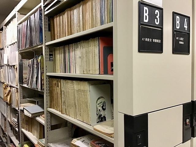 当館図書室の書庫には、雨夜さんの寄贈 雑誌のための棚がある