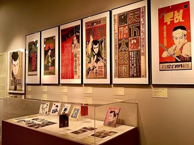 常設展「NFAJコレクションでみる 日本映画の 歴史」を華やかに飾る、みそのコレクション の時代劇スターのコーナー