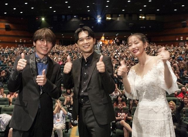 喜びの表情を浮かべる吉沢亮、吉岡里帆、長井監督