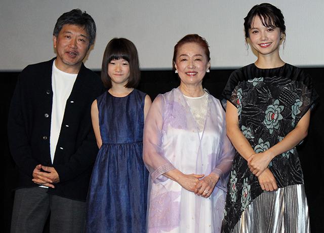 舞台挨拶に立った(左から)是枝裕和監督、 佐々木みゆ、宮本信子、宮崎あおい