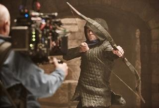 タロン・エガートンが華麗な弓さばき!「フッド ザ・ビギニング」美声も収めた特別映像