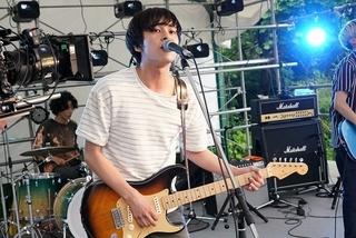 新田真剣佑&北村匠海がボーカル&ギター演奏で挑んだ音楽フェスシーン! W主演作、メイキング写真