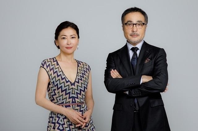 脚本、監督、そして主演と3役をこなした松尾スズキと、妖艶な美貌で疑惑の妻を演じた中山美穂
