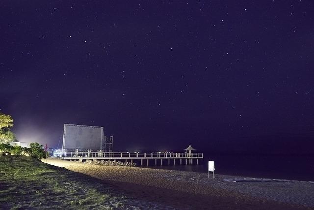 400インチの特設スクリーンを設えたフサキビーチ