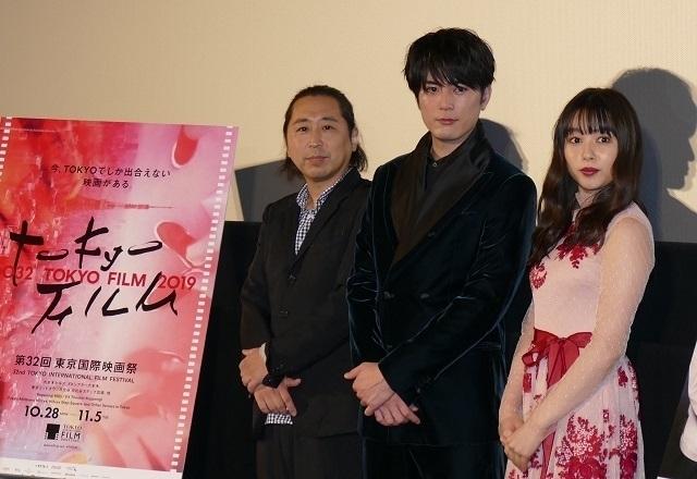 舞台挨拶に立った間宮祥太朗と桜井日奈子、 小林啓一監督