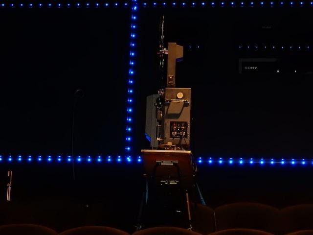 客席最後部に設置された映写機