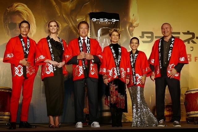 アーノルド・シュワルツェネッガー、歌舞伎町で太鼓をたたく!デデンデンデデン!