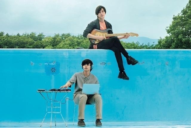 リード曲を歌うアキ(新田真剣佑)と 颯太(北村匠海)