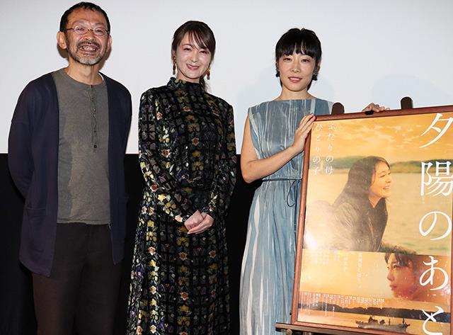 舞台挨拶に立った(左から)越川道夫監督、 貫地谷しほり、山田真歩