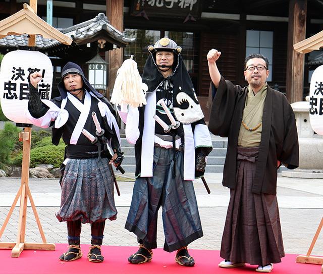 赤穂藩の討ち入り装束で 大石内蔵助や四十七士を墓参