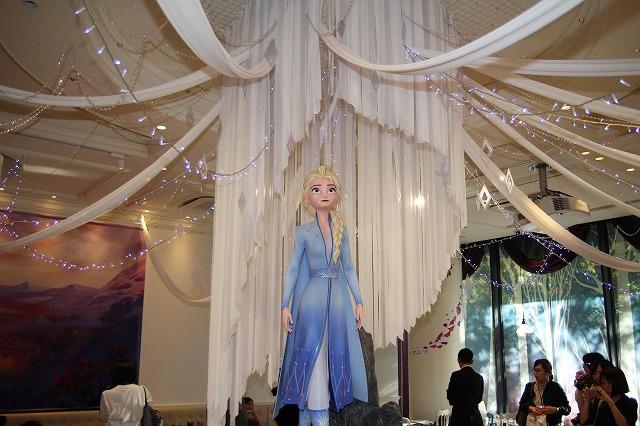 カフェ中央にはドレス姿のエルサ!