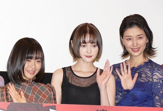 舞台挨拶に立った(左から)森七菜、 玉城ティナ、橋本マナミ