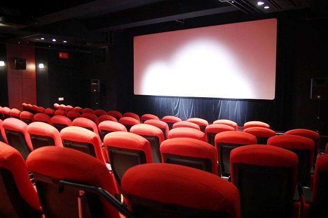 赤い座席が設置されたスクリーン