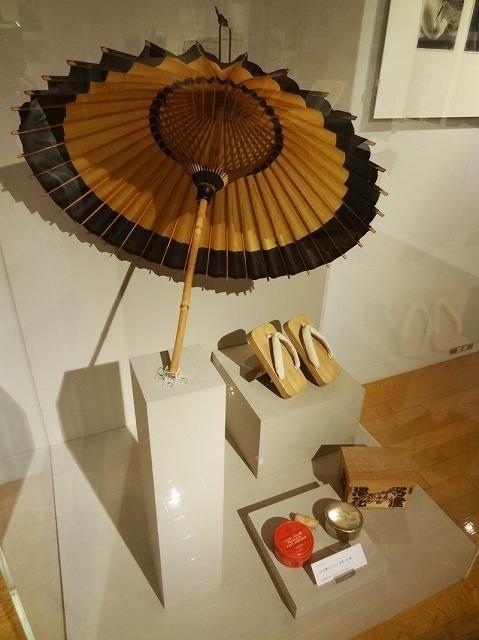 当館で15年に開催した「生誕110年 映画 俳優 志村喬」展には、志村さんが愛用した 和傘や高下駄、ドーランも並んだ