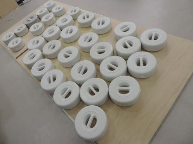 濾紙に挟んだ資料に重しを置いて 施されるフラットニング