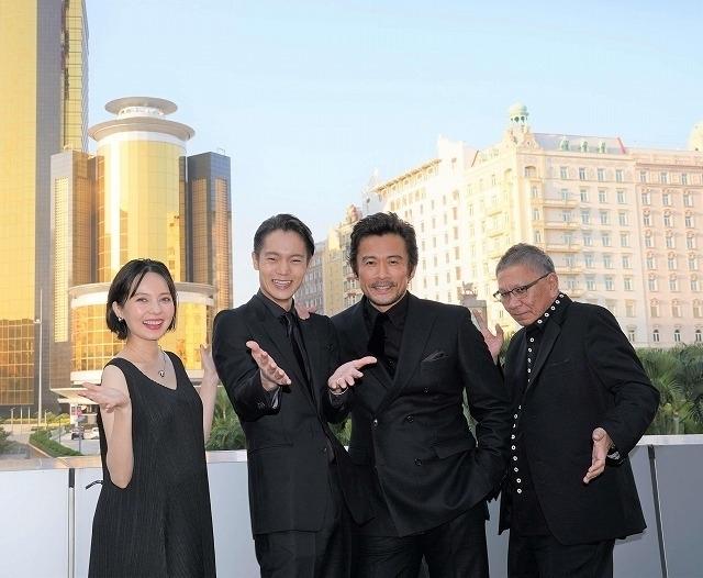 (左から)ベッキー、窪田正孝、内野聖陽、三池崇史監督