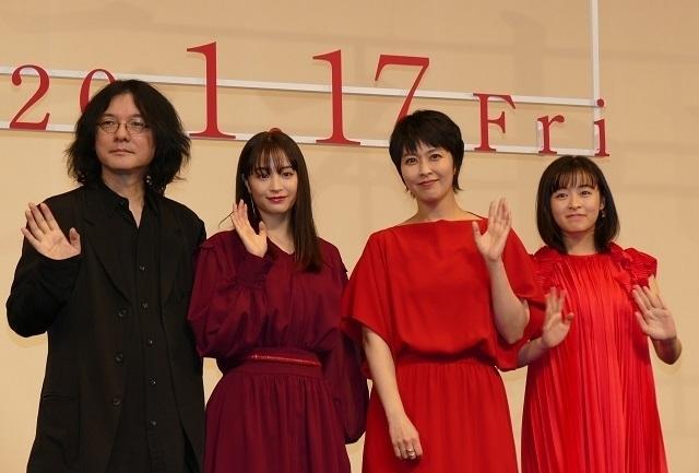 登壇した(左から)岩井俊二監督、 広瀬すず、松たか子、森七菜
