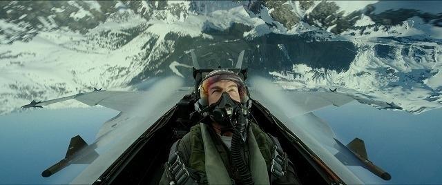 タフな飛行シーンにも「なかなか骨が折れるぜ!」と笑顔を見せるトム・クルーズ