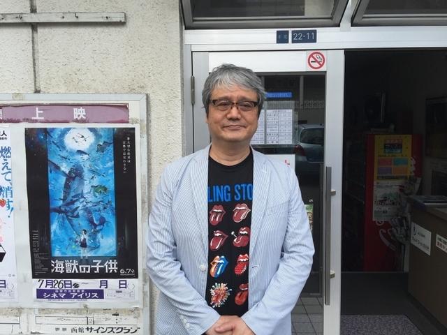 シネマアイリス前で佇む菅原和博氏
