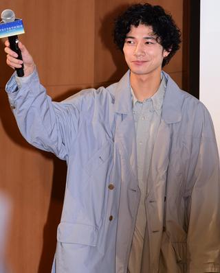 新田真剣佑、北村匠海ら青学にサプライズ登場で学生大興奮!