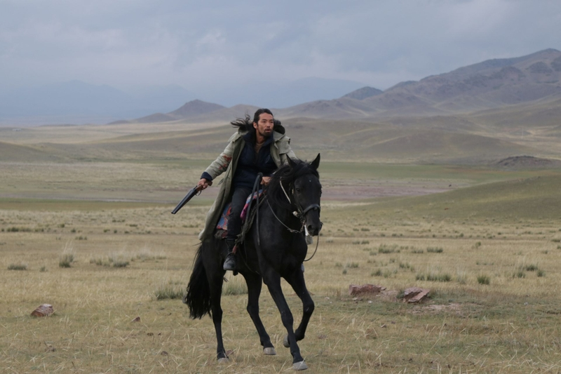 """抜群の身体能力! 森山未來""""カザフ流""""乗馬の訓練を捉えたメイキング映像"""