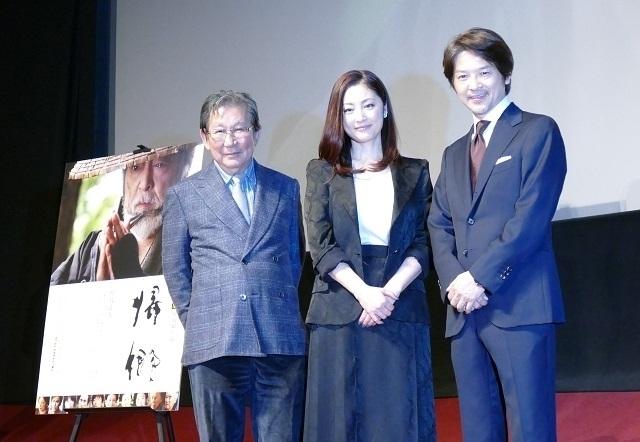 舞台挨拶に立った(左から)杉田成道監督、常盤貴子、緒形直人