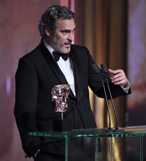 ブラピもホアキンも! 英国アカデミー賞で人種差別批判&自虐スピーチが続出
