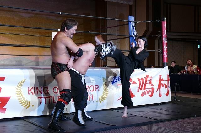 三吉彩花、レスラー相手に華麗な蹴り!主演作「犬鳴村」をリング上でアピール