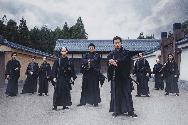 岡田准一、鈴木亮平、山田涼介らが黒隊服で集合!「燃えよ剣」13人の新キャストも発表