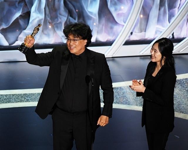 ポン・ジュノ監督と通訳のシャロン・チョイ氏(右)