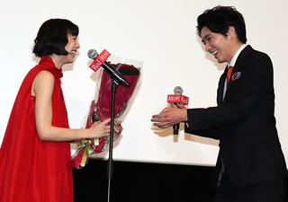 夏帆、妻夫木聡らからバラの花束に感慨「30代に向けてのターニングポイントに」