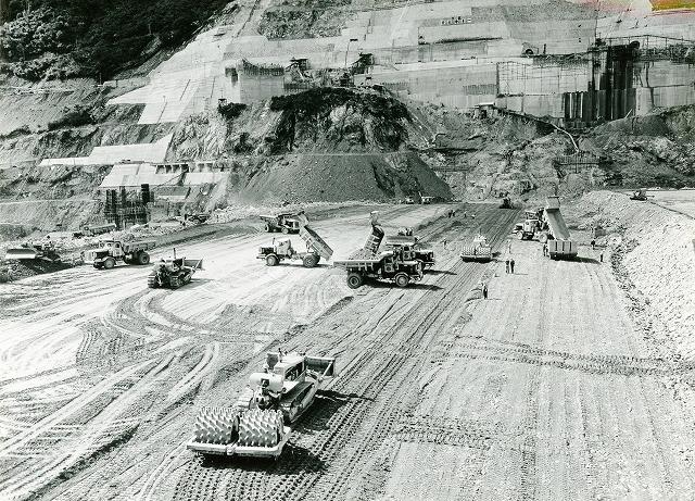 上映したダム建設記録映画の1つ「御母衣ロックフィルダム第一部」(60)