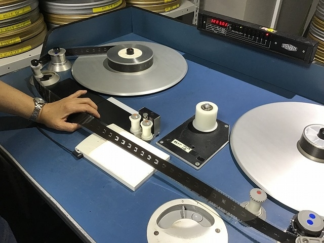 検査に使用するフィルム検査機