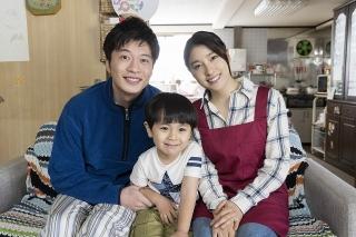 土屋太鳳「ヒノマルソウル」で田中圭と初の夫婦役! 仲良し家族ショット&ポスター披露