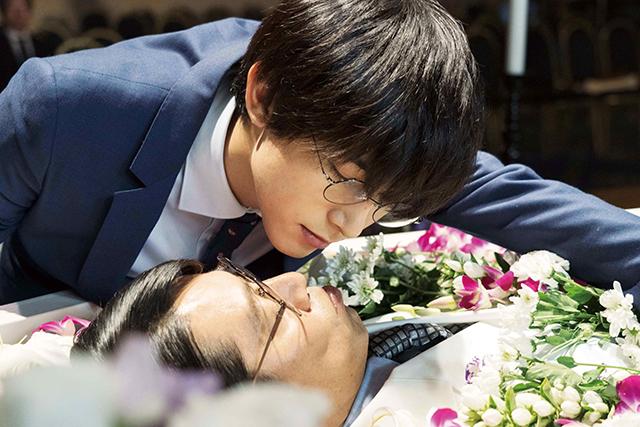 吉沢亮が堤真一に王子キス!? 「一度死んでみた」衝撃の場面写真