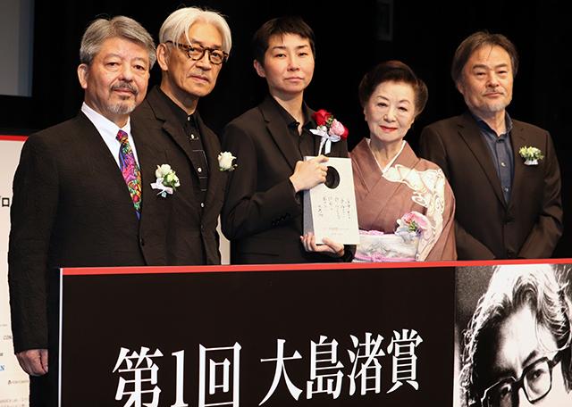 小田香監督(中央)は感無量の面持ち