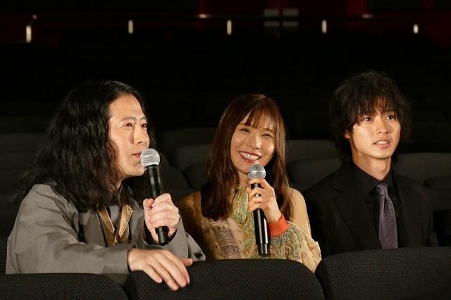 山崎賢人主演「劇場」、無観客の劇場で完成報告 ポン・ジュノ監督から祝福コメントも