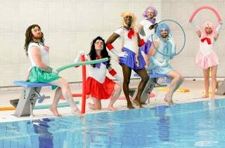 ゲイの水球チームが「セーラームーン」コスプレで笑顔!「シャイニー・シュリンプス!」場面写真