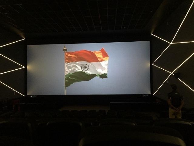 上映前に国旗掲揚映像が流れる